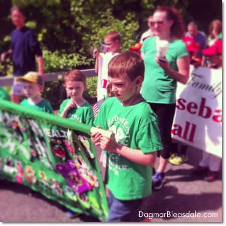 4H kids marching in Memorial Day Parade